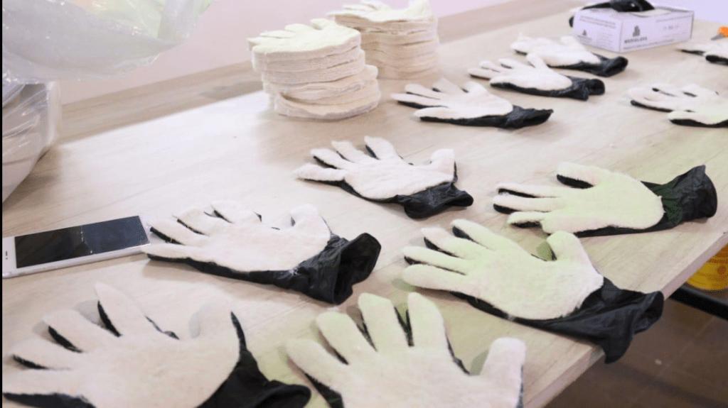 Se fabricaron más de 800 guantes que protegen y desinfectan al mismo tiempo 2