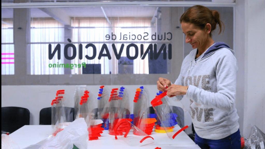 Se fabricaron más de 800 guantes que protegen y desinfectan al mismo tiempo 3