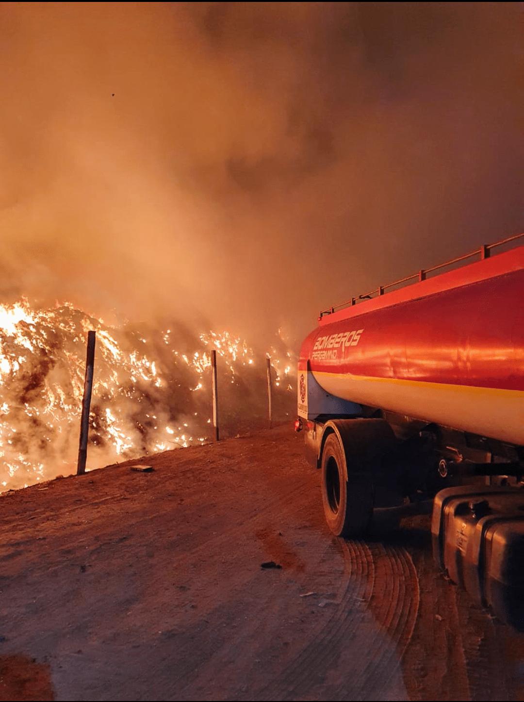 Intenso trabajo de los bomberos por incendio en el basural 1