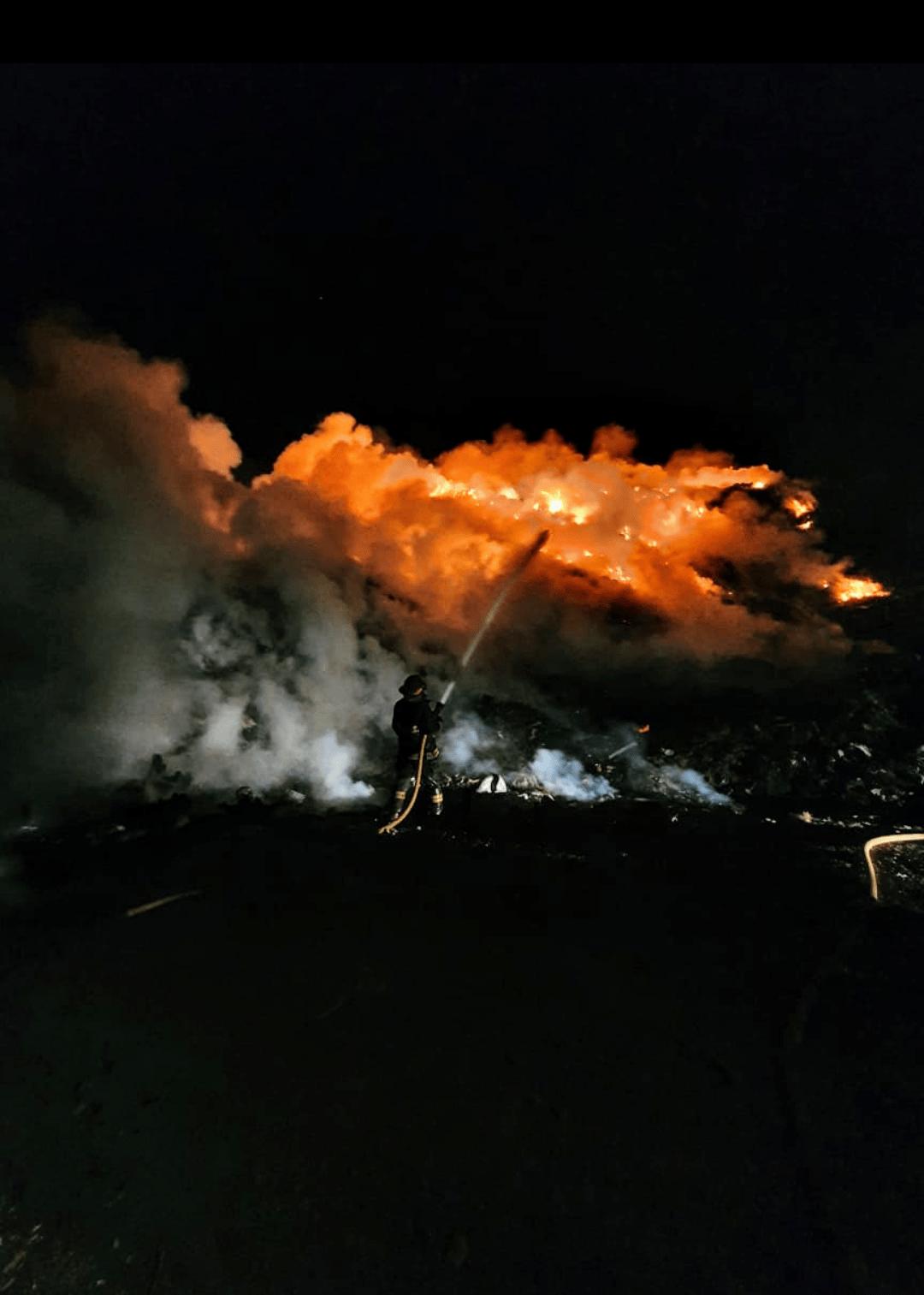 Intenso trabajo de los bomberos por incendio en el basural 2