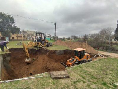 Continúan las obras para la colocación de la cisterna en Barrio Desiderio De La Fuente 9