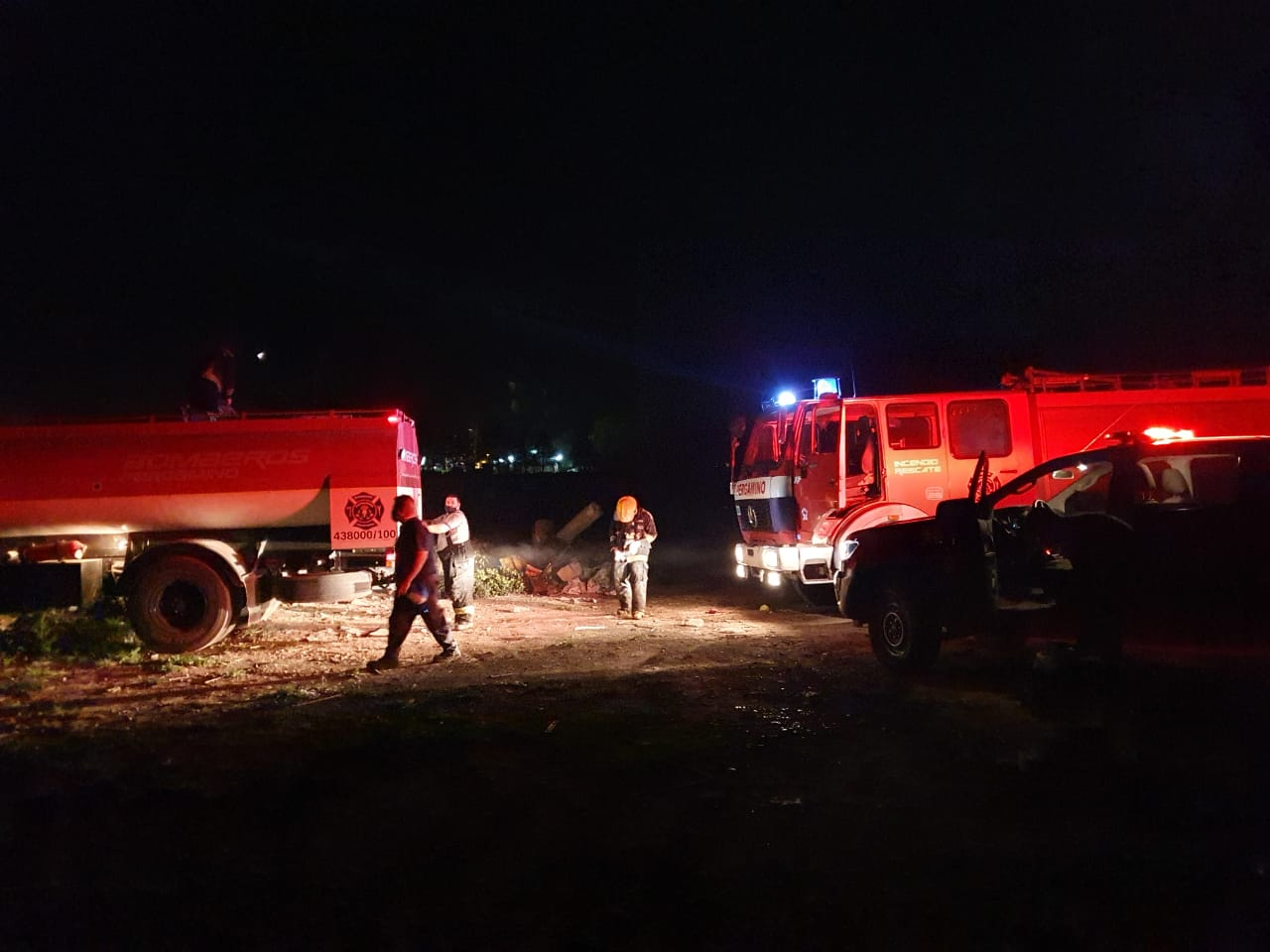 Arduo trabajo de los Bomberos por el incendio de una cantera en Barrio Acevedo. 2