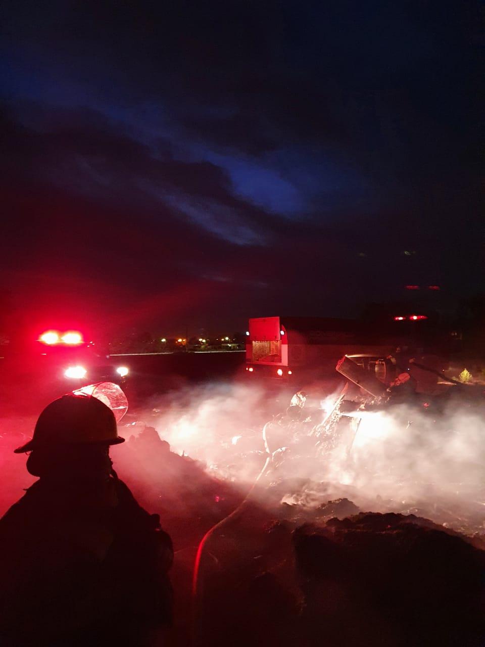 Arduo trabajo de los Bomberos por el incendio de una cantera en Barrio Acevedo. 1