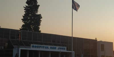 El Hospital sumó la bandera nacional al mástil principal de ingreso 14