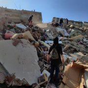 Al menos 14 muertos tras sismo que sacude Mar Egeo y se siente en Grecia y Turquía 11