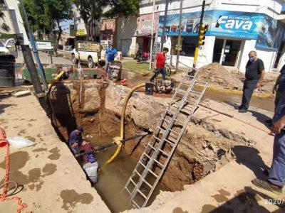 Continúa la obra de reparación de llaves de agua en Av. Alsina y Bv. Colón 3