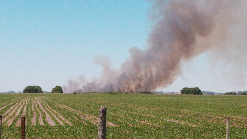 Bomberos trabaja con 3 dotaciones combatiendo un incendio de campo en Fontezuela 1