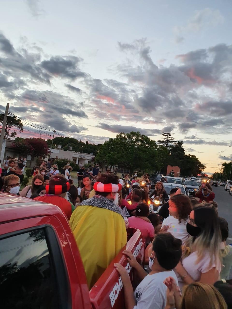 Los Reyes Magos recorrieron junto a los Bomberos las calles de la ciudad 2