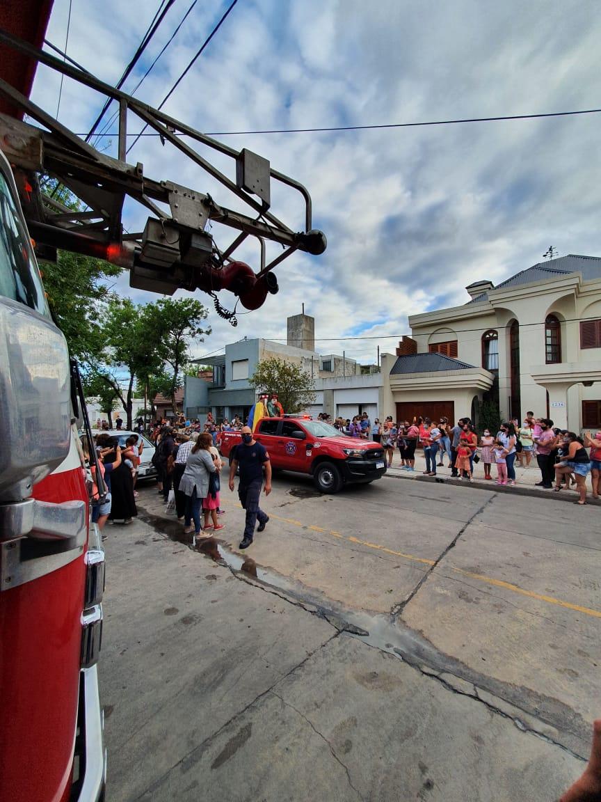 Los Reyes Magos recorrieron junto a los Bomberos las calles de la ciudad 8