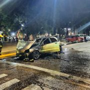 Un vehículo se incendio en plena Avenida De Mayo 12