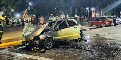Un vehículo se incendio en plena Avenida De Mayo 6
