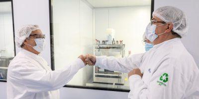 Fernández visitó el laboratorio mexicano que produce junto a otro argentino la vacuna de Oxford-AstraZeneca para la región 11