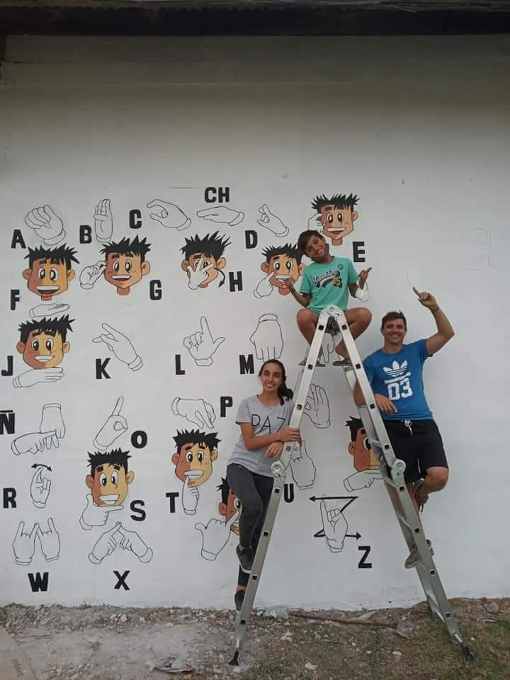 Mural sobre lengua de señas por el reconocido artista local Juani Méndez 2