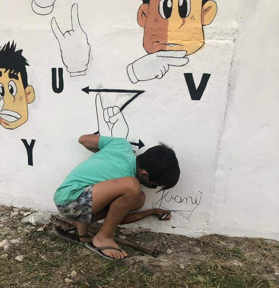 Mural sobre lengua de señas por el reconocido artista local Juani Méndez 4