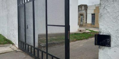 Un efectivo policial herido tras caerse un portón del Cementerio Municipal 51