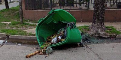 Se reportó un nuevo acto de vandalismo sobre un contenedor de residuos 11