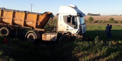 Choque entre un camión y una camioneta en ruta 32 9