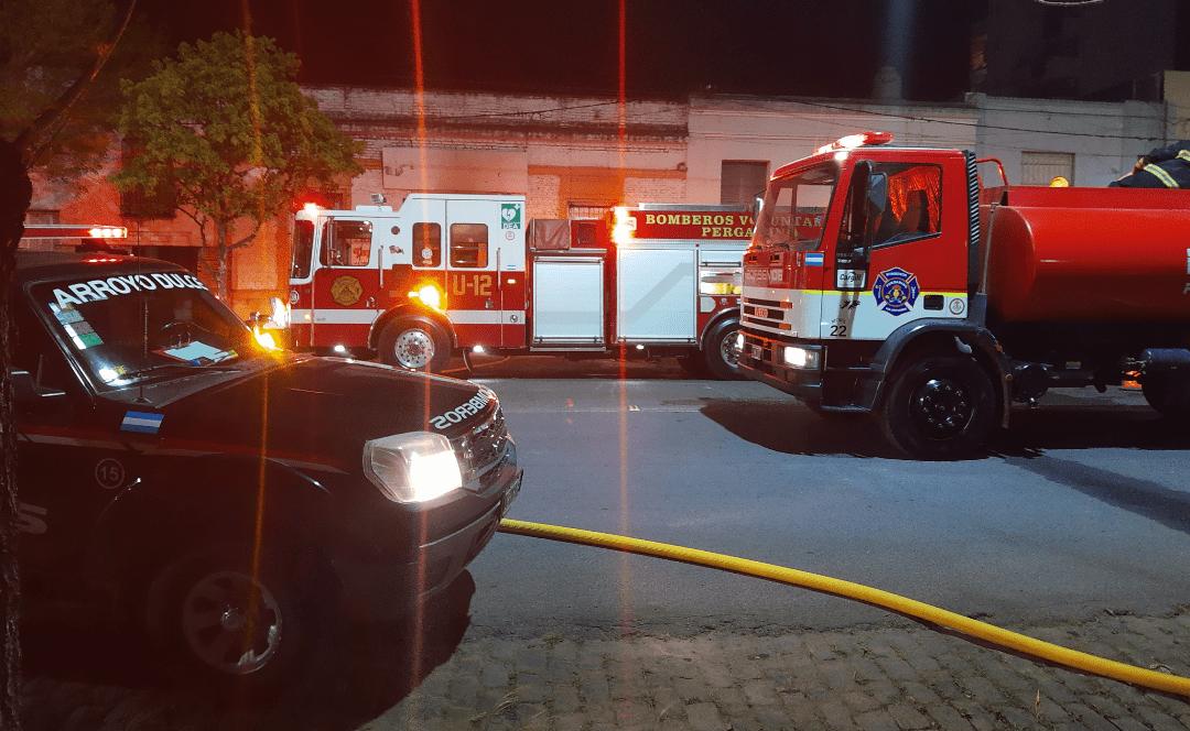 Incendio en una tapicería en Av Alsina trabajan 3 cuarteles de bomberos 1