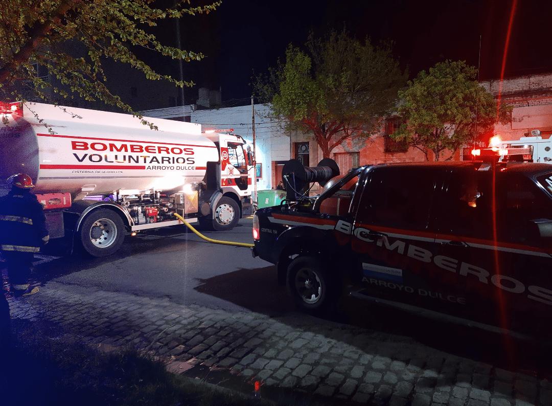 Incendio en una tapicería en Av Alsina trabajan 3 cuarteles de bomberos 2