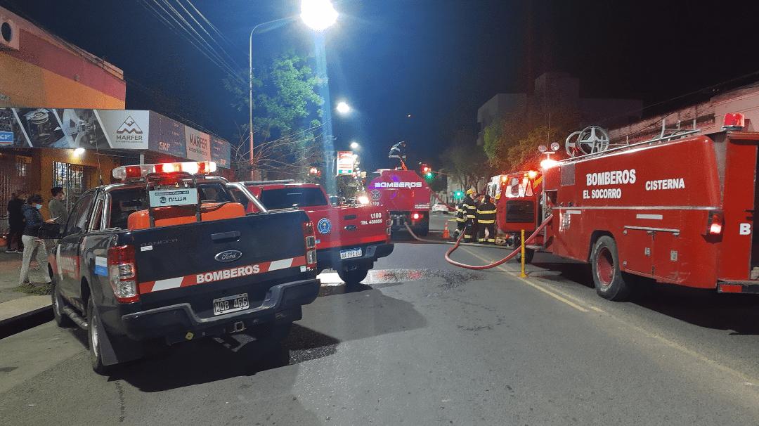 Incendio en una tapicería en Av Alsina trabajan 3 cuarteles de bomberos 4