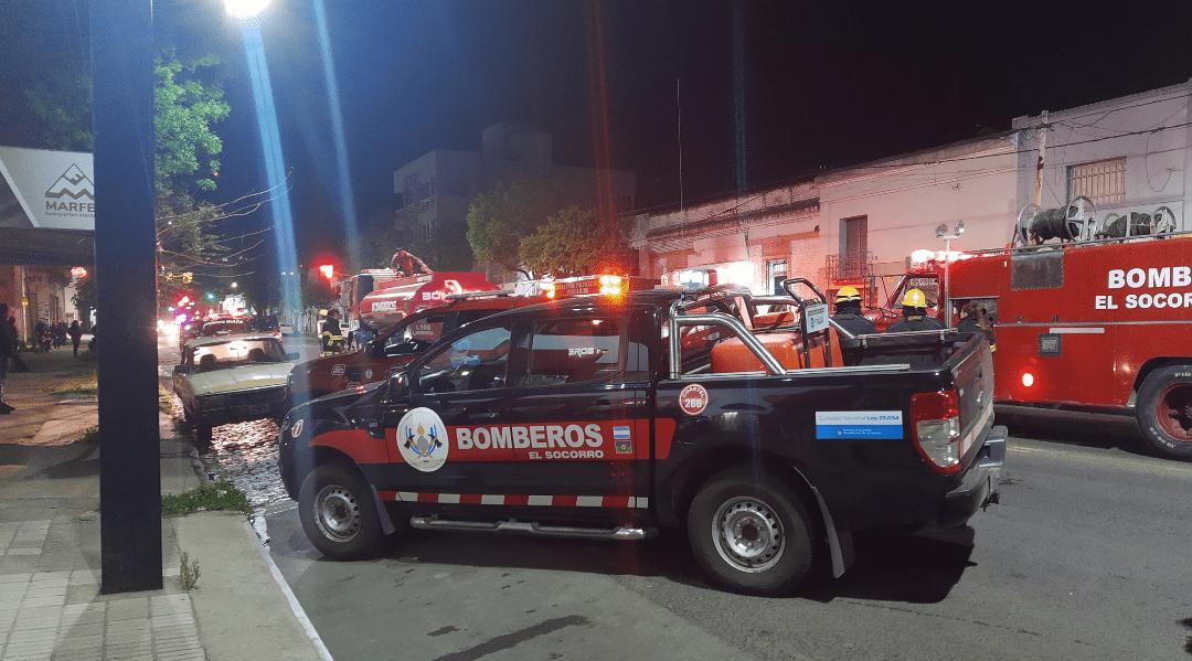 Incendio en una tapicería en Av Alsina trabajan 3 cuarteles de bomberos 5