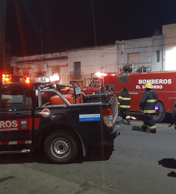 Incendio en una tapicería en Av Alsina trabajan 3 cuarteles de bomberos 6
