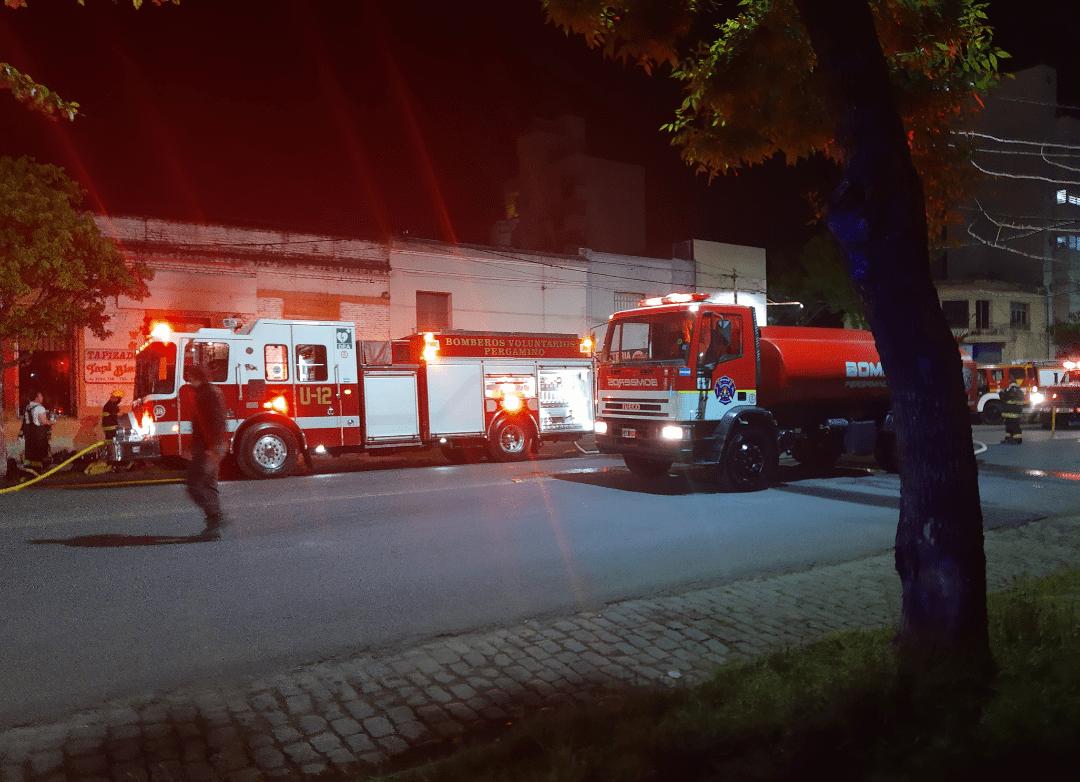 Incendio en una tapicería en Av Alsina trabajan 3 cuarteles de bomberos 7