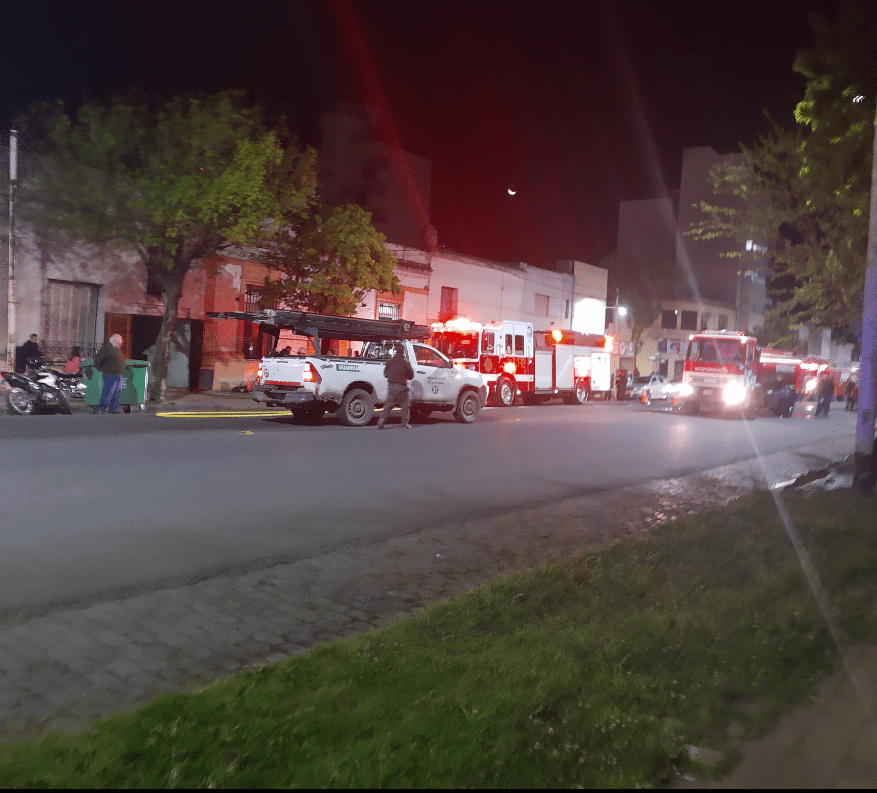 Incendio en una tapicería en Av Alsina trabajan 3 cuarteles de bomberos 8