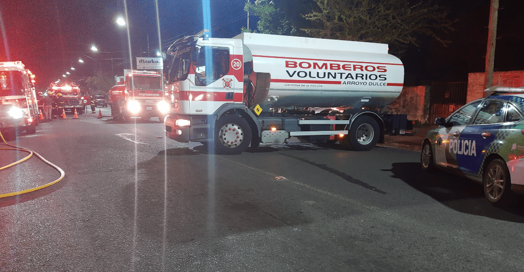 Incendio en una tapicería en Av Alsina trabajan 3 cuarteles de bomberos 3
